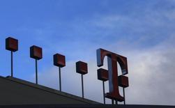 Deutsche Telekom discute à un stade avancé d'une alliance commerciale avec la plateforme américaine de vidéos en ligne par abonnement Netflix, selon le mensuel allemand Manager Magazin. /Photo d'archives/REUTERS/Ina Fassbender