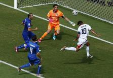 Jogador da Costa Rica Bryan Ruiz faz gol em partida contra a Itália, na Arena Pernambuco, em Recife.  REUTERS/Ruben Sprich