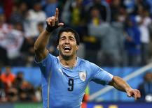 Atacante Luis Suárez comemora segundo gol marcado contra a Inglaterra em São Paulo.  19/06/2014. REUTERS/Tony Gentile