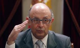 El ministro de Hacienda, Cristóbal Montoro, en Madrid el 19 de noviembre de 2013 durnate una entrevista con Reuters. El Gobierno español aprobó el viernes las líneas maestras de una reforma fiscal con la que pretende impulsar el todavía débil crecimiento económico, en una iniciativa que supone ahorros a los contribuyentes de unos 5.000 millones de euros en dos años. REUTERS/Sergio Pérez