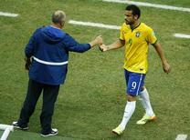 Atacante Fred é cumprimentado pelo técnico da seleção Luiz Felipe Scolari durante partida contra o México. 17/06/2014.  REUTERS/Mike Blake