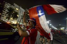 Torcedor do Chile comemora vitória sobre a Espanha no Maracanã, Rio de Janeiro. 18/6/2014 REUTERS/Stringer/Brazil/Lucas Landau
