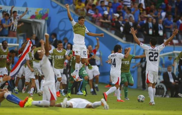 Costa Rica's players celebrate at the end of their 2014 World Cup Group D soccer match against Italy at the Pernambuco arena in Recife June 20, 2014. REUTERS/Brian Snyder