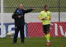 Técnico da seleção Luiz Felipe Scolari dá treino para a equipe em Teresópolis. 20/06/2014. REUTERS/Marcelo Regua