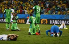 Jogadores da Nigéria comemoram vitória sobre a Bósnia em Cuiabá. 21/06/2014. REUTERS/Michael Dalder