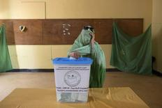 A woman covers her face while casting her vote during the presidential elections in Nouakchott, June 21, 2014.   REUTERS/Joe Penney