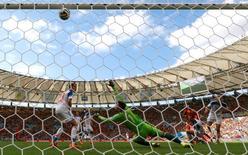 Нападающий сборной Бельгии Дивок Ориги забивает гол в ворота сборной России в матче группового этапа ЧМ-2014 в Рио-де-Жанейро 22 июня 2014 года. Сборная России проиграла в воскресенье Бельгии во втором матче группового этапа на чемпионате мира в Бразилии, пропустив гол в самой концовке поединка. REUTERS/Yves Herman