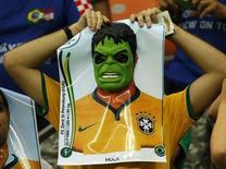 Болельщик сборной Бразилии с маской Халка перед началом матча между сборными Хорватией и Камеруном в Манаусе 18 июня 2014 года. Бразилия в ночь на вторник сыграет с командой Камеруна в матче группы А чемпионата мира по футболу в столице страны городе Бразилиа. REUTERS/Siphiwe Sibeko