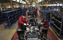 En la imagen, trabajadores en una cadena de montaje de Anhui Jianghuai Automobile Co. Ltd (JAC Motors) en Hefei, provincia de Anhui, el 5 de mayo de 2014. La actividad del sector fabril de China se expandió en junio por primera vez en seis meses por un repunte de los nuevos pedidos, mostró el lunes un sondeo preliminar de HSBC, ofreciendo nuevas señales de que la economía se estabiliza gracias a las medidas adoptadas por Pekín para fortalecer el crecimiento. REUTERS/Stringer