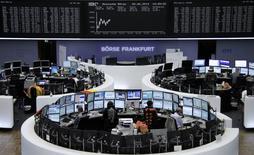 En la imagen se ve el parqué de la bolsa de Fráncfort, 20 de junio de 2014. Las bolsas europeas abrieron estables el lunes pero pronto  tomaron una tendencia bajista en momentos en que el índice francés CAC 40 era lastrado por un PMI francés peor que lo esperado. REUTERS/Remote/Stringer