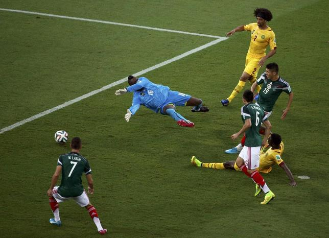 Mexico's Oribe Peralta (19) scores past Cameroon's goalkeeper Charles Itandje during their 2014 World Cup Group A soccer match at the Dunas arena in Natal June 13, 2014.  REUTERS/Carlos Barria