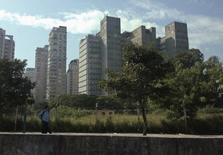 As vendas de imóveis novos na cidade de São Paulo cresceram 23,1 por cento em abril ante março, para 2.147 unidades, registrando melhora pelo segundo mês seguido, informou o sindicato da habitação paulista, Secovi, nesta segunda-feira. 18/06/2014 REUTERS/Maxim Shemetov