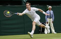 Andy Murray of Britain hits a return to David Goffin of Belgium during their men's singles tennis match at the Wimbledon Tennis Championships, in London June 23, 2014.     REUTERS/Stefan Wermuth