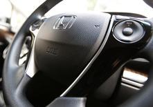 Imagen del logo de Honda Motor sobre un airbag en el volante de un vehículo de la compañía en Tokio el 17 de junio. Honda Motor Co y otras automotrices japonesas llamaron el lunes más autos a revisión por un defecto de bolsas de aire potencialmente explosivas provistas por Takata Corp, lo que eleva a alrededor de 10,5 millones los vehículos sometidos a revisión en los últimos cinco años. REUTERS/Yuya Shino