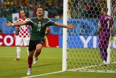 Javier Hernández, da seleção mexicana, comemora gol marcado contra a Croácia em Recife. 23/06/2014. REUTERS/Paul Hanna