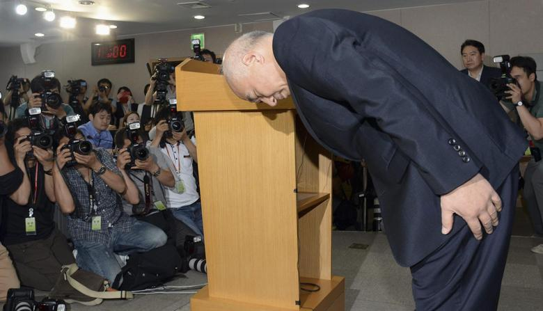 Moon Chang-keuk, a nominee for South Korea's Prime minister, bows during a news conference to withdraw his candidacy at a government complex in Seoul June 24, 2014.   REUTERS/Heo Kyeong/News1
