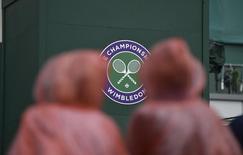 Зрители на Уимблдонском турнире в Лондоне 23 июня 2014 года. Российский теннисист Андрей Кузнецов пробился в понедельник во второй круг Уимблдонского турнира. REUTERS/Toby Melville