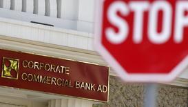 Дорожный знак у отделения Corporate Commercial Bank в Софии, 23 июня 2014 года. Второй по величине государственный банк РФ ВТБ не собирается предоставлять помощь болгарскому Corporate Commercial Bank (Corpbank), которому грозит национализация. REUTERS/Stoyan Nenov