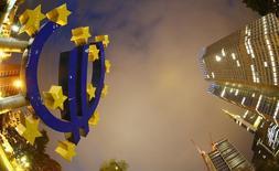 Символ валюты евро у здания ЕЦБ во Франкфурте-на-Майне 2 сентября 2013 года. Надзорные органы рынков, банковского и страхового секторов Европейского союза могут финансироваться посредством прямых сборов с сектора, считает Еврокомиссия. REUTERS/Kai Pfaffenbach