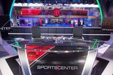Un escritorio de fútbol en el centro digital 2 del edificio de ESPN es Bristol, 22 de mayo de 2014.  Más de 18,2 millones de espectadores vieron el empate del domingo entre Estados Unidos y Portugal por el Grupo G del Mundial, convirtiéndolo en el encuentro de fútbol más visto por el público estadounidense.  REUTERS/Michelle McLoughlin