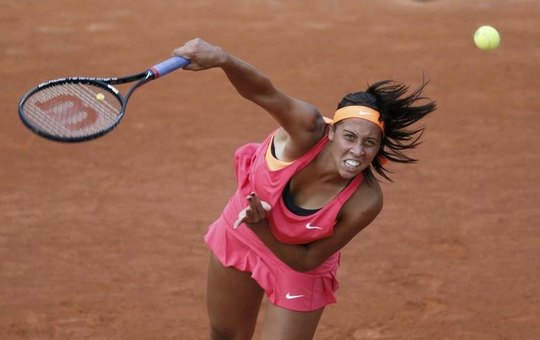 Madison Keys of the U.S. serves the ball to Sara Errani of Italy during their women's singles match at the French Open tennis tournament at the Roland Garros stadium in Paris May 27, 2014.                       REUTERS/Stephane Mahe