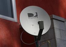 Una antena de DirecTV en la pared de un apartamento en Los Angeles, mayo 18 2014. El presidente ejecutivo de DirecTV dijo a los legisladores de EEUU que el proveedor más grande de televisión por satélite en el país necesita fusionarse con AT&T para poder ofrecer servicios de Internet a los consumidores, lo que es algo imprescindible para seguir siendo competitivos.   REUTERS/Jonathan Alcorn
