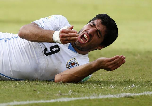 Uruguay's Luis Suarez reacts after clashing with Italy's Giorgio Chiellini during their 2014 World Cup Group D soccer match at the Dunas arena in Natal June 24, 2014. REUTERS/Tony Gentile
