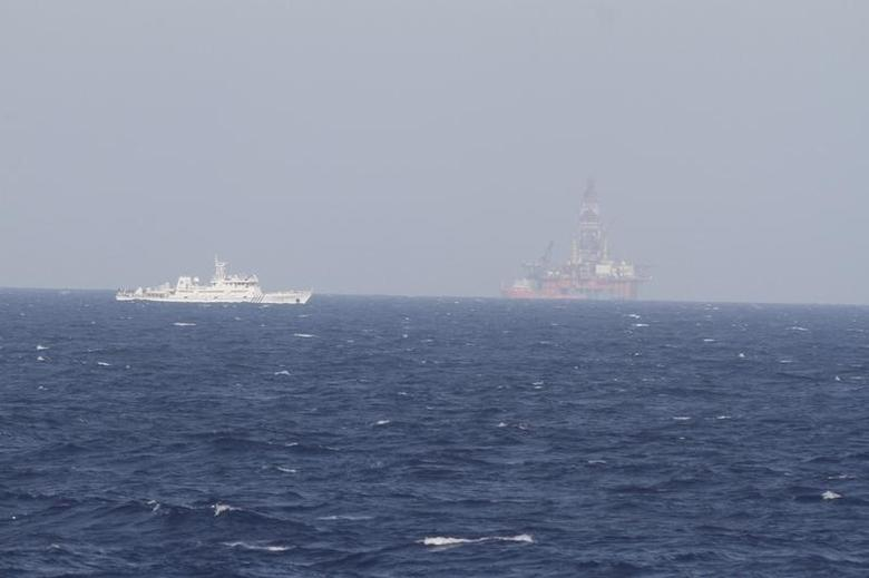 A ship of Chinese Coast Guard is seen near Chinese oil rig Haiyang Shi You 981 in the South China Sea, about 210 km (130 miles) off shore of Vietnam May 14, 2014. REUTERS/Nguyen Minh