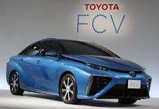 Toyota envisage de commercialiser ses premiers véhicules fonctionnant avec des piles à combustible d'ici la fin du mois de mars 2015 au Japon, à un prix unitaire de quelque sept millions de yens (50.432 euros). /Photo prise le 25 juin 2014/REUTERS/Yuya Shino
