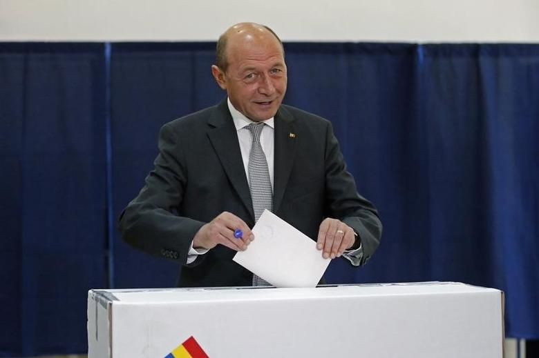 Romania's President Traian Basescu casts his vote at a polling station during European Parliament elections in Bucharest May 25, 2014.  REUTERS/Bogdan Cristel