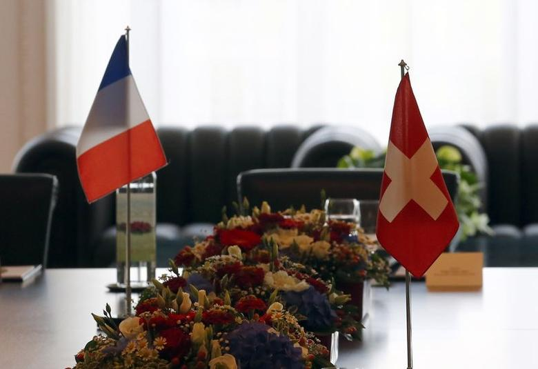 The Swiss flag (R) is pictured on a table next to the French one before a meeting of Swiss Finance Minister Eveline Widmer-Schlumpf with French Finance Minister Michel Sapin, in Bern June 25, 2014.  REUTERS/Denis Balibouse