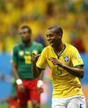 O jogador Fernandinho comemora gol durante vitória da seleção brasileira sobre Camarões na segunda-feira, em Brasília. 23/06/2014 REUTERS/Dominic Ebenbichler