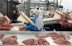 Un trabajador procesa pavo en una planta en La Calera, en Chile, 28 de agosto de 2009. La producción de manufacturas en Chile habría crecido un 0,9 por ciento en mayo, beneficiado por una baja base de comparación, pese a una debilitada demanda interna y un día laboral menos que en igual mes del año pasado, mostró el jueves un sondeo de Reuters. REUTERS/Eliseo Fernandez