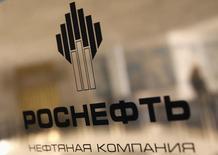 Логотип Роснефти в офисе компании в Санкт-Петербурге 18 октября 2012 года. Крупнейшая российская нефтекомпания Роснефть получит как минимум $1,5 миллиарда предоплаты в рамках сделки с BP, предполагающей поставку британской компании до 12 миллионов тонн нефтепродуктов и нефти в течение 5 лет. REUTERS/Alexander Demianchuk
