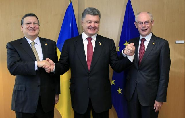 Ukraine's President Petro Poroshenko (C) poses with European Commission President Jose Manuel Barroso (L) and European Council President Herman Van Rompuy (R) at the EU Council in Brussels June 27, 2014. REUTERS/Stringer