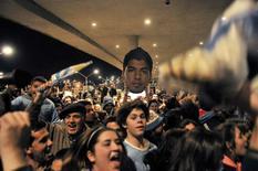 Torcedores se reúnem no aeroporto de Carrasco, em Montevidéu, para prestar solidariedade ao jogador uruguaio Luis Suárez. 26/6/2014  REUTERS/Carlos Pazos