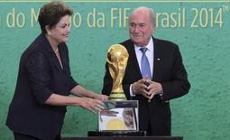 Presidente Dilma Rousseff posa ao lado de presidente da Fifa, Sepp Blatter, com troféu da Copa do Mundo, durante cerimônia em Brasília. 2/6/2014 REUTERS/Joedson Alves