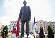 Inauguração de estátua em homenagem a Gavrilo Princip, no leste de Sarajevo, na Bósnia, nesta sexta-feira. 27/06/2014 REUTERS/Dado Ruvic