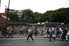 Venezuelanos caminham depois que os serviços do metrô foram interrompidos por um apagão em Caracas, na Venezuela, nesta sexta-feira. 27/06/2014 REUTERS/Carlos Garcia Rawlins