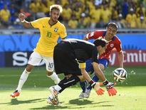 Goleiro Claudio Bravo (C) pega bola, com de Neymar e o chileno Francisco Silva   atrás durante partida no Mineirão. 28/6/2014.  REUTERS/Dylan Martinez