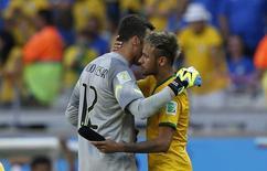 Neymar abraça Julio Cesar antes de cobrança de pênaltis no Mineirão. 28/6/2014. REUTERS/Toru Hanai