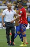 Medel conversa com técnico Sampaoli em partida do Chile contra o Brasil em Belo Horizonte. 28/06/2014 REUTERS/Eric Gaillard