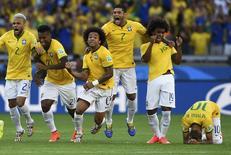 Jogadores da seleção brasileira comemoram vitória sobre o Chile. 28/06/2014  REUTERS/Dylan Martinez