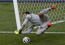 Julio Cesar defende pênalti contra o Chile. 28/06/2014 REUTERS/Leonhard Foeger
