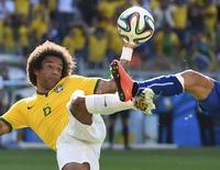 Marcelo briga pela bola em jogo do Brasi contra o Chile. 28/06/2014  REUTERS/Dylan Martinez