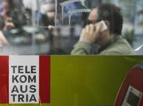 Un pacte conclu entre les deux premiers actionnaires de Telekom Austria a remporté toutes les autorisations réglementaires nécessaires. Telekom Austria a déclaré lundi que l'offre de rachat de deux milliards d'euros (1,45 milliard d'euros) d'America Movil était désormais obligatoire avec l'entrée en vigueur de son pacte d'actionnaires avec la holding publique OIAG, ce qui confirme la prise de contrôle de l'opérateur télécoms autrichien par le groupe du milliardaire mexicain Carlos Slim.  /Photo d'archives/REUTERS/Leonhard Foeger