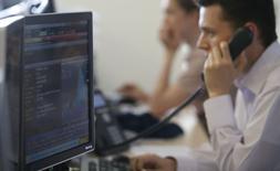 Трейдеры на торгах Московской биржи 3 июня 2014 года. Российские фондовые индексы начали неделю со снижения, которое возглавили бумаги ЛСР и ВТБ в результате закрытия реестров акционеров, имеющих право на дивиденды за 2013 год. REUTERS/Sergei Karpukhin