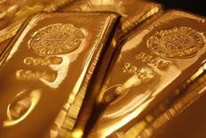 Слитки золота в магазине Ginza Tanaka в Токио 17 сентября 2010 года. Цены на золото близки к максимуму двух месяцев за счет ослабления доллара и вырастут второй квартал подряд в связи с геополитической напряженностью. REUTERS/Yuriko Nakao