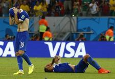 Jogadores da Grécia Giorgos Karagounis (E) e Jose Holebas se desesperam após perder pênalti na partida contra a Costa Rica na Arena Pernambuco, em Recife.  29/6/2014. REUTERS/Damir Sagolj