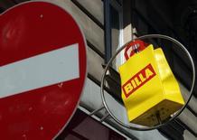 Carrefour annonce lundi le rachat au groupe allemand Rewe de 53 supermarchés sous enseigne Billa situés dans le nord de l'Italie. Le montant de la transaction n'a pas été précisé. /Photo d'archives/REUTERS/Heinz-Peter Bader